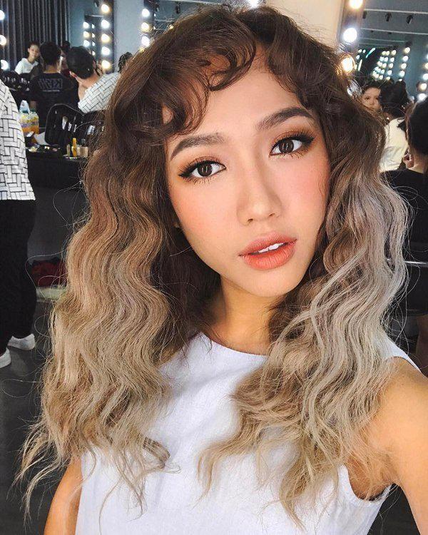 Tuy nhiên, khi đổi sang tông màu ombre, tháo bớt phụ kiện tóc thì nữ diễn viên lại trở nên thời thượng hết mức.