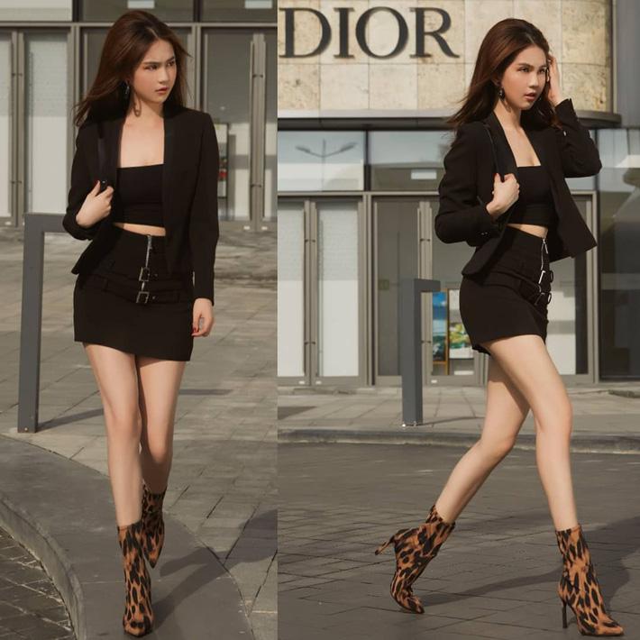 Cũng chọn một cây đồ đen và khoe eo thon thắt chặt, Ngọc Trinh lại diện boots da báo sanh chảnh kết hợp cùng style 'lai công sở' thanh lịch và sexy gợi cảm.