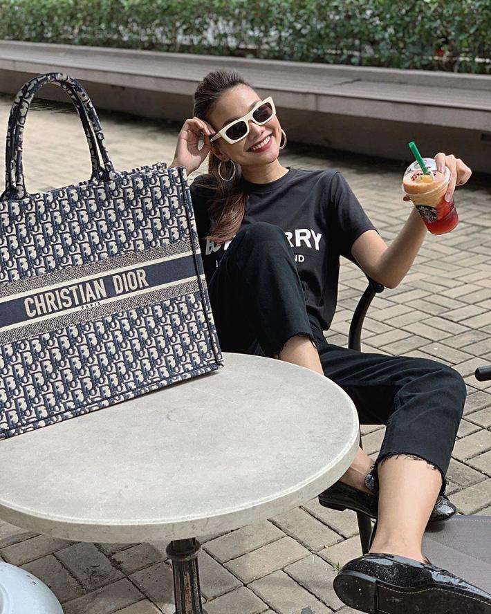 Lên đồ đậm chất menswear, nhưng công chúng chú ý về style của Thanh Hằng thì ít mà quan tâm đến chiếc túi Dior to bản của siêu mẫu thì nhiều.