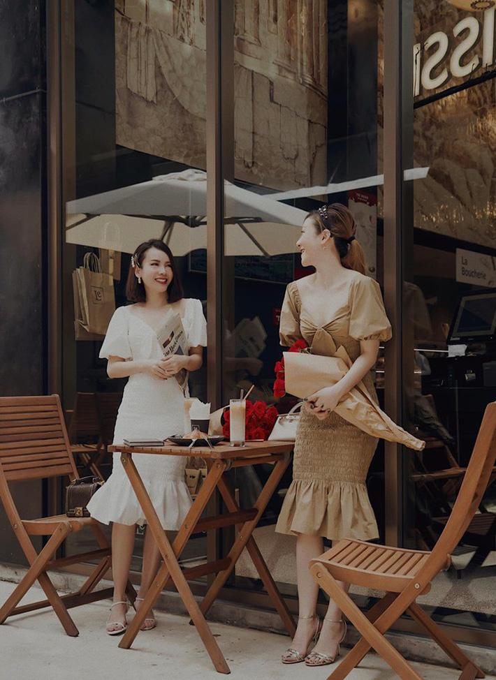 Hai chị em Song Yến xinh xắn ngọt ngào với váy liền nữ tính. Cả hai diện váy xuyệt tông với thiết kế cổ V tay phồng siêu xinh.