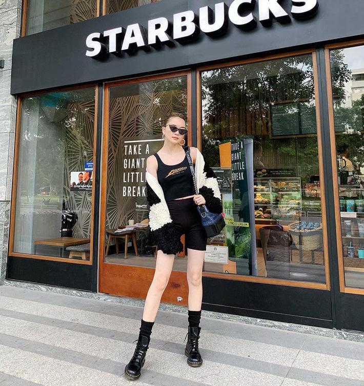 Thiều Bảo Trang trung thành với phong cách cool ngầu, ưu tiên tông đen và những item mạnh mẽ khi ra phố.