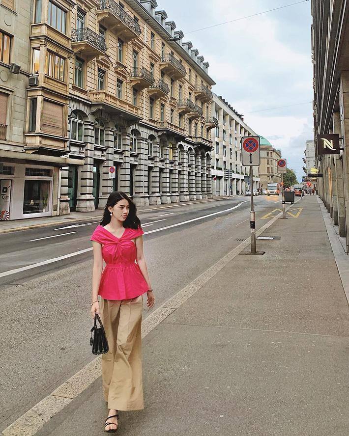 Jolie Nguyễn bình thường cá tính, sang chảnh là thế tuần này lại nhẹ nhàng thanh lịch xuống phố với set đồ đơn giản.