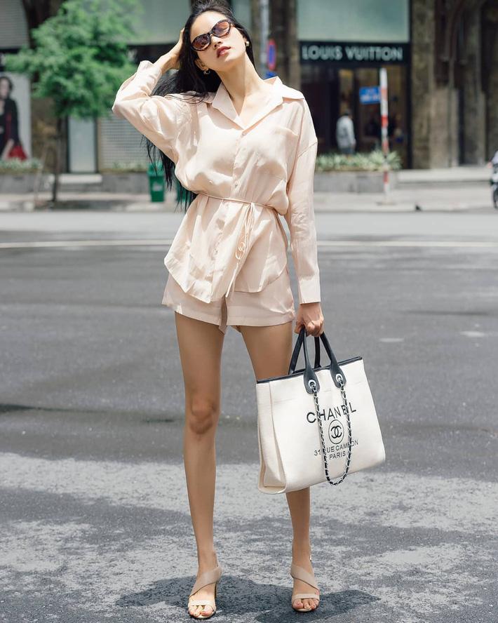 Đôi chân thon dài bất tận của Tuyết Lan được phô diễn bằng shorts và áo blouse thắt eo nhen nhàng. Set đồ của cô thêm phần sang chảnh, thời thượng khi có sự xuất hiện của chiếc túi Chanel to bản.