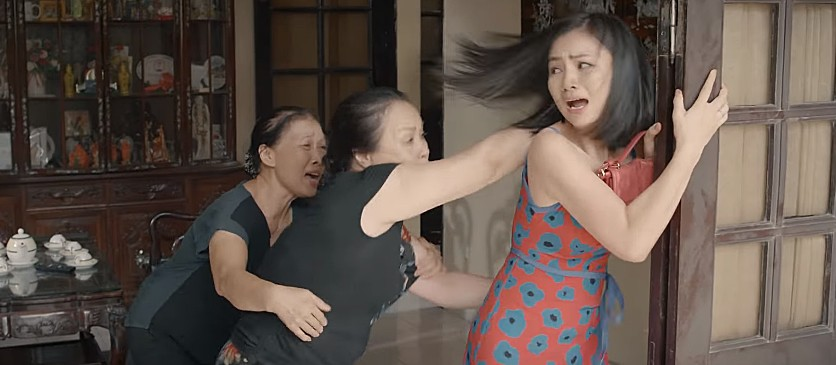 'Hoa hồng trên ngực trái': San (Diệu Hương) bị mẹ chồng cầm chổi đánh túi bụi đuổi ra khỏi nhà 1