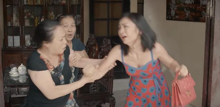 'Hoa hồng trên ngực trái': San (Diệu Hương) bị mẹ chồng cầm chổi đánh túi bụi đuổi ra khỏi nhà 0