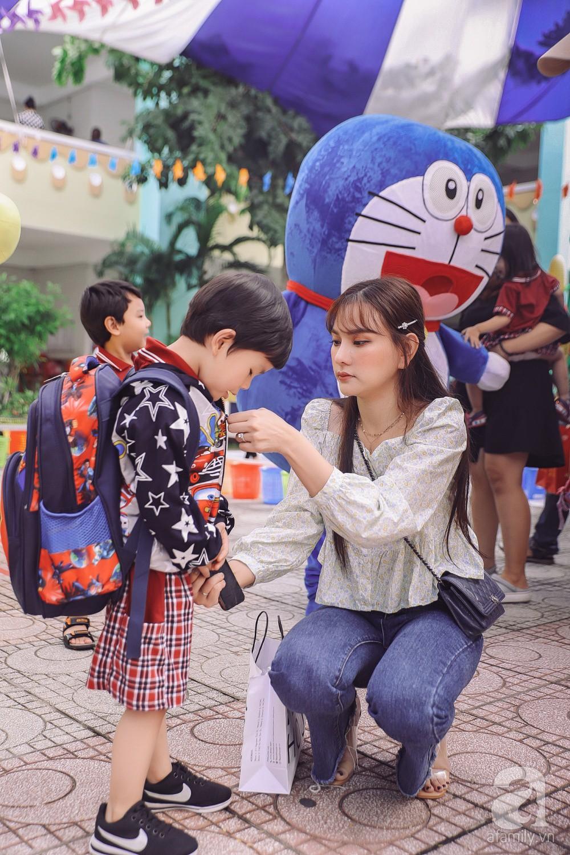 Thu Thủy cùng chồng kém 10 tuổi hào hứng đưa bé Henry tới trường trong ngày khai giảng năm học mới, bỏ qua loạt ồn ào không đáng có 6
