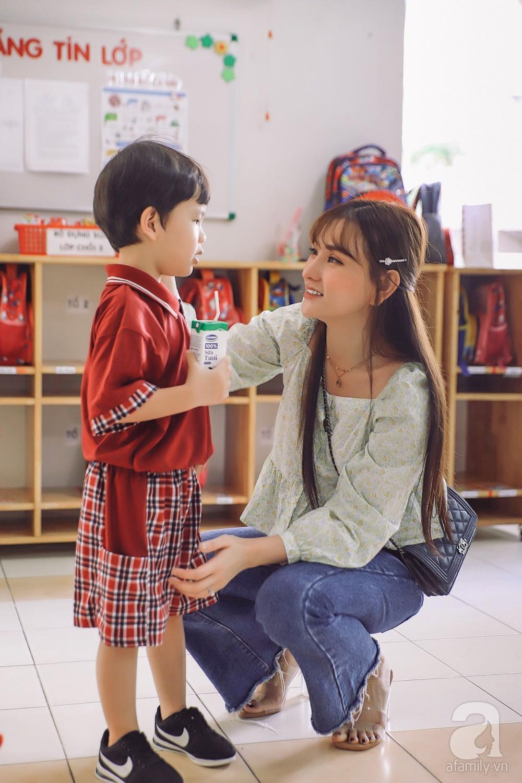 Thu Thủy cùng chồng kém 10 tuổi hào hứng đưa bé Henry tới trường trong ngày khai giảng năm học mới, bỏ qua loạt ồn ào không đáng có 7