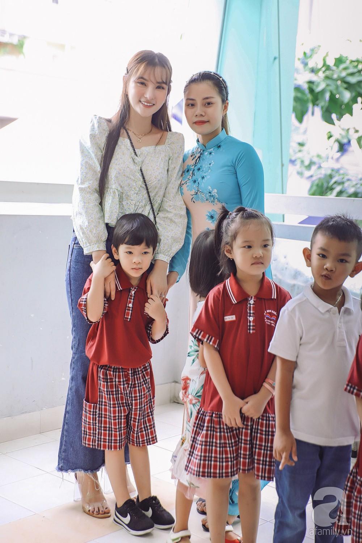 Thu Thủy cùng chồng kém 10 tuổi hào hứng đưa bé Henry tới trường trong ngày khai giảng năm học mới, bỏ qua loạt ồn ào không đáng có 8