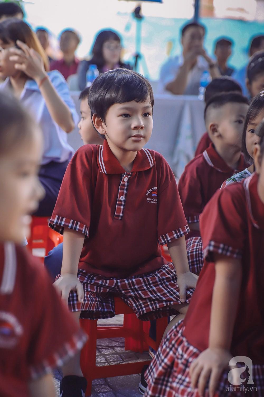 Thu Thủy cùng chồng kém 10 tuổi hào hứng đưa bé Henry tới trường trong ngày khai giảng năm học mới, bỏ qua loạt ồn ào không đáng có 9