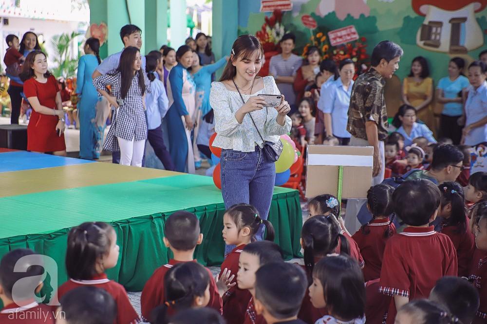 Thu Thủy cùng chồng kém 10 tuổi hào hứng đưa bé Henry tới trường trong ngày khai giảng năm học mới, bỏ qua loạt ồn ào không đáng có 13