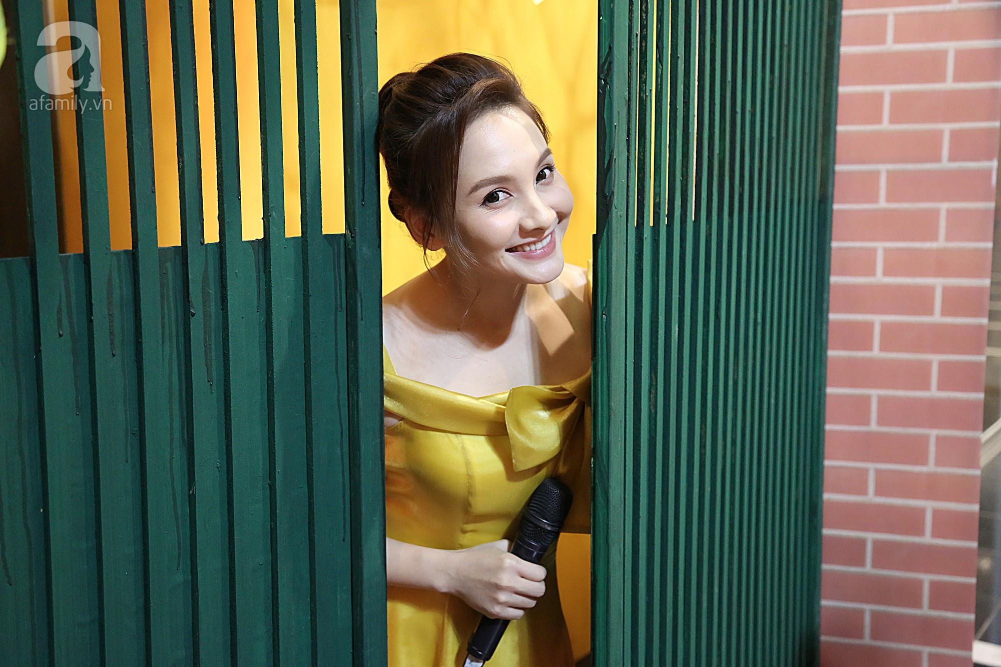 Chắc không khó để fan ruột của bộ phim nhận ra chiếc cổng xanh 'huyền thoại' nhà ông Sơn cũng được tái hiện trên sân khấu VTV Awards.