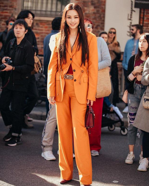 Dù đã gần kề U40 mà cô trông đẹp ngút ngàn với trang phục suit cam cá tính mix cùng giày và túi đỏ thanh lịch đến từ nhà mốtSalvatore Ferragamo