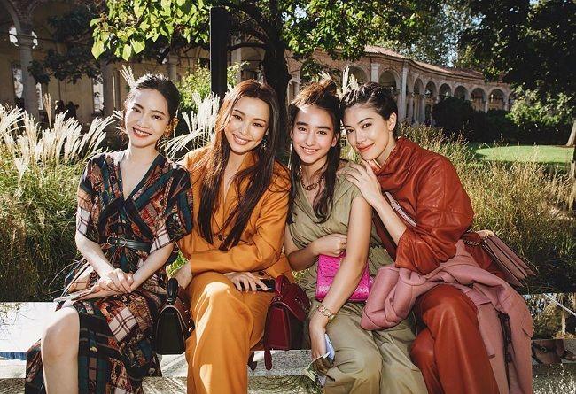 Trong khung hình chụp với khách mời tại show thời trang có thể thấy rằng Hoa hậu Hàn Quốc 2006 đẹp lấn át và nổi bật nhất