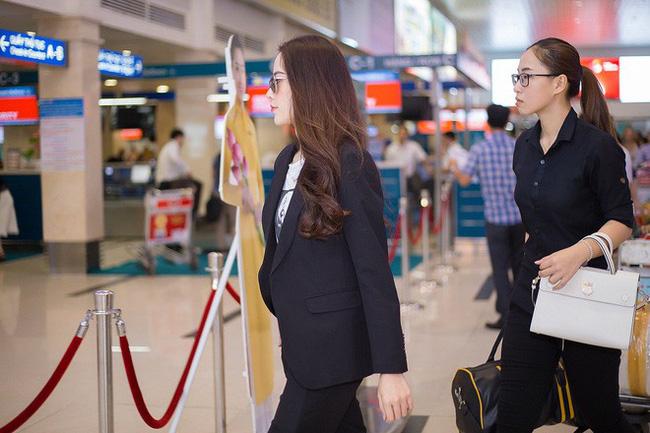Trợ lý của Nam Em đang cầm trên tay chiếc túi Dior dòng Diorever màu trắng, chiếc túi trị giá khoảng 65 - 85 triệu đồng.
