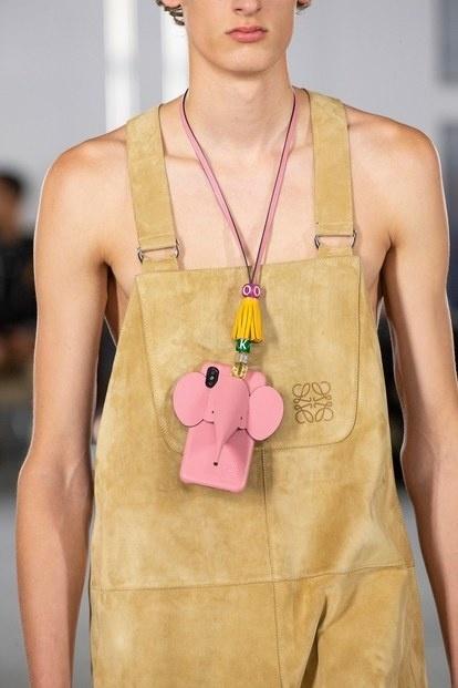 Sau những chiếc túi phom hình hộp 'gây bão', liệu Loewe chuẩn bị tạo nên xu hướng với lối dùng case điện thoại làm vòng cổ cực kỳ xinh yêu thế này?