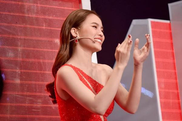 30 tuổi Giang Hồng Ngọc trở thành nữ ca sĩ được nhiều người yêu mến, cô đắt show và được lòng khán giả bởi cách sống cởi mở chân thành của mình.