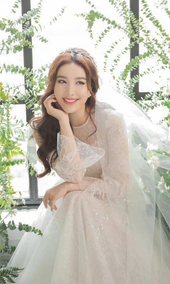 Bộ váy cưới đầu tiên theo style công chúa vải voan mong manh