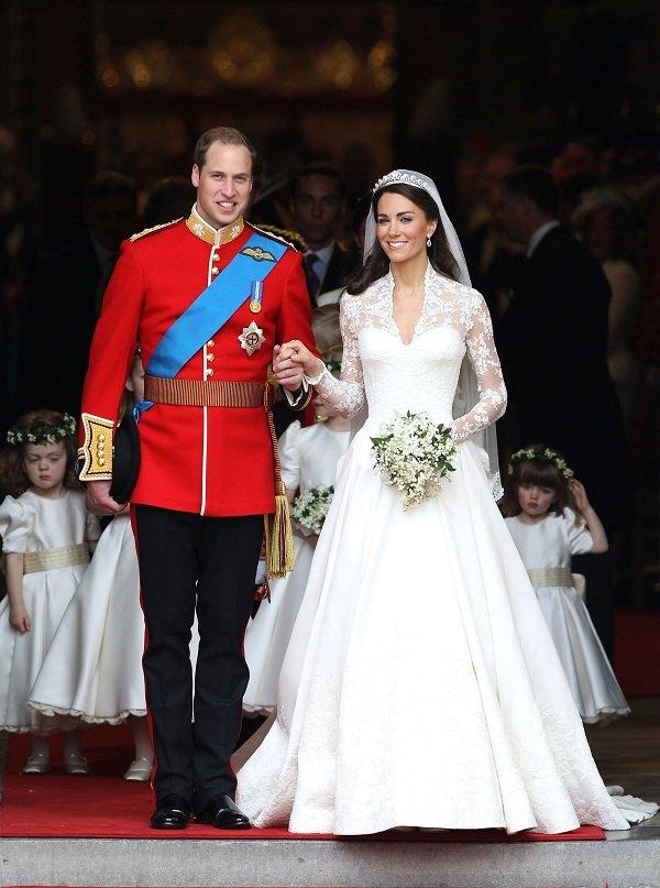 Váy cưới của Nữ công tước Cambridge là một thiết kế hoàn hảo tôn ưu điểm cho cô dâu xinh đẹp, với tay dài, cổ đắp ren kín đáo đã che được phần ngực cùng cổ kiểu chữ V lại làm tôn nét quyến rũ mà sang trọng của cô.