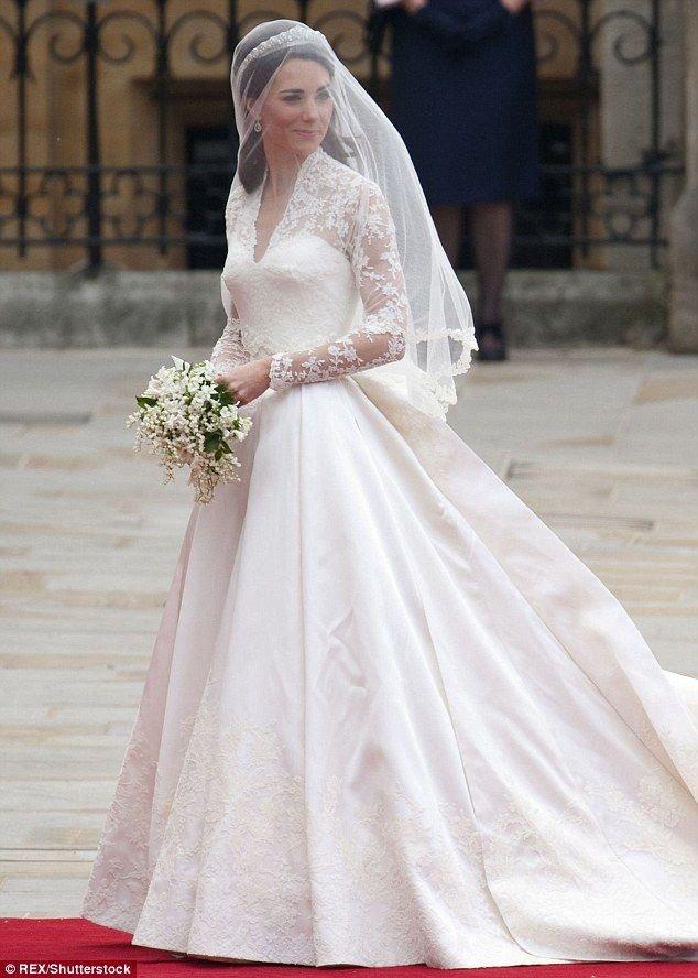 Váy may bằng vải satin trắng đính ren do nhà thiết kế danh tiếng Sarah Burton của thương hiệu Alexander McQueen thiết kế cho Công nương Kate Middleton