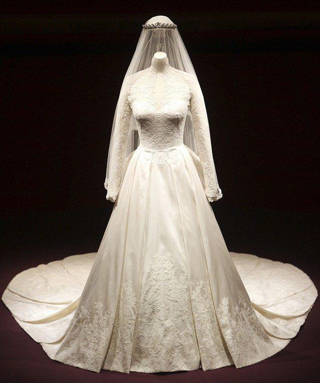 Được biết, chiếc váy sắc ren ngọt ngào, cổ điển kín đáo có giá 250.000 bảng Anh (tương đương với hơn 8 tỷ đồng Việt Nam). Kiểu váy của Kate được trưng bày tại tại cung điện Buckingham (Anh).