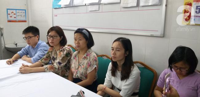 Các giáo viên nhà trường tại một phòng họp của bệnh viện khi nạn nhân được đưa đi cấp cứu