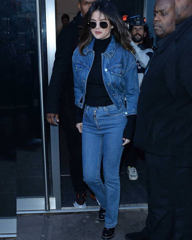 Chưa kể từ style ăn diện đến kiểu tóc uốn xoăn phối cùng mái mưa điệu đà, Selena hoàn toàn trông cá tính, trẻ trung hơn