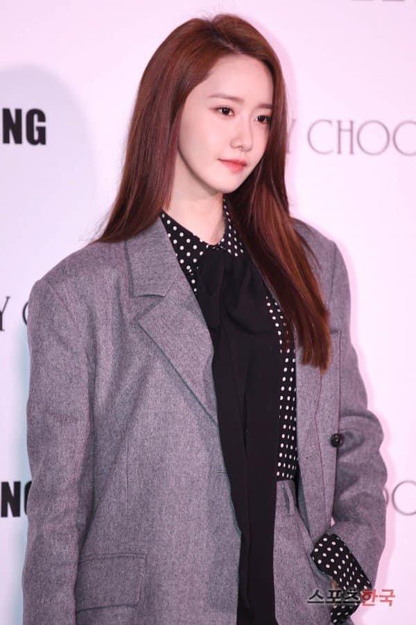 Yoona cũng rất thông minh khi biết cách tiết chế phụ kiện để mặc cùng trang phục này xuất hiện tai sự kiện