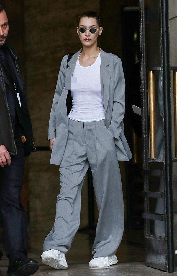 Bella Hadid cũng rất ưa chuộng phong cách thoải mái này , chân dài đình đám cực kì thích mặc suit xám rộng thùng thình mix cùng giày sneaker để thường đi dạo phố cùng bạn bè