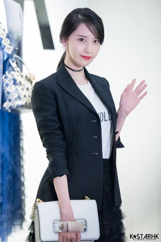 Người đẹp trước đây thường chọn dáng suit dáng ôm trọn người khi tham gia các sự kiện trước đây