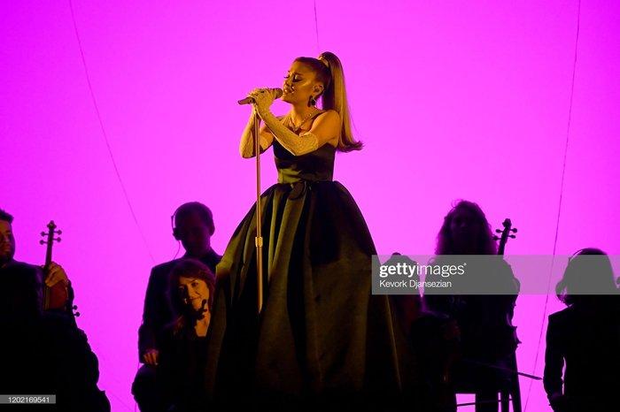Ariana mở màn với bộ váy đen kiêu sa trước khi thay trang phục khác.