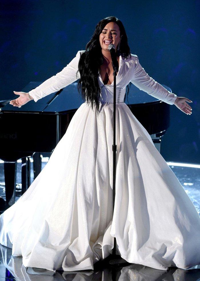 Demi đã vô cùng xúc động khi thể hiện ca khúc này.