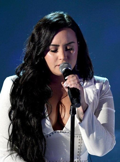 Những giọt nước mắt lăn dài trên má nữ ca sĩ trong suốt tiết mục.