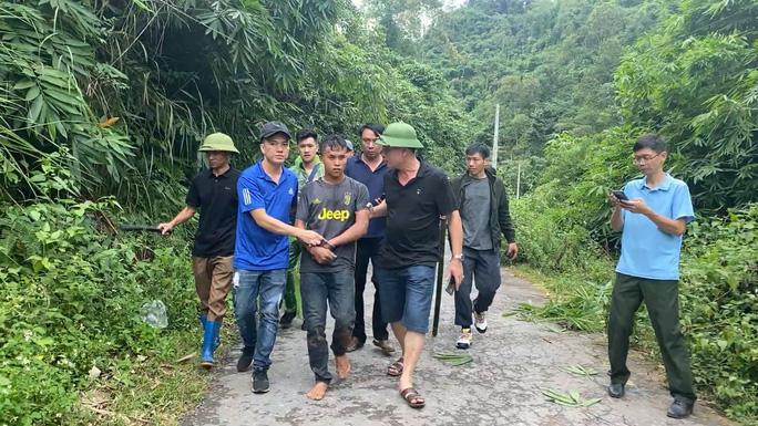 Tráng Láo Sái (áo có chữ vàng) bị bắt khi bỏ trốn vào rừng