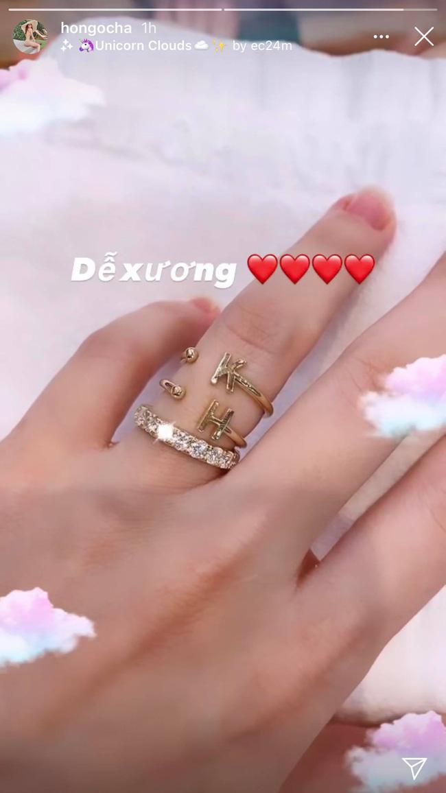 Hồ Ngọc Hà gây chú ý khi khoe nhẫn kim cương tiện thể khoe luôn 2 chiếc nhẫn với 2 chữ cái đặc biệt này 0