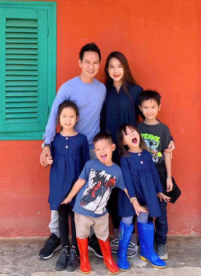 Phỏng vấn nóng vợ chồng Lý Hải - Minh Hà sau chuyến cứu trợ: Bày tỏ suy nghĩ về Thủy Tiên, tiết lộ cách minh bạch tiền ủng hộ 4