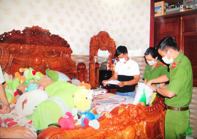 Khám xét phủ thờ gia đình đối tượng Nguyễn Thị Kim Hạnh, tại ấp Phước Quản, xã Đa Phước, huyện An Phú