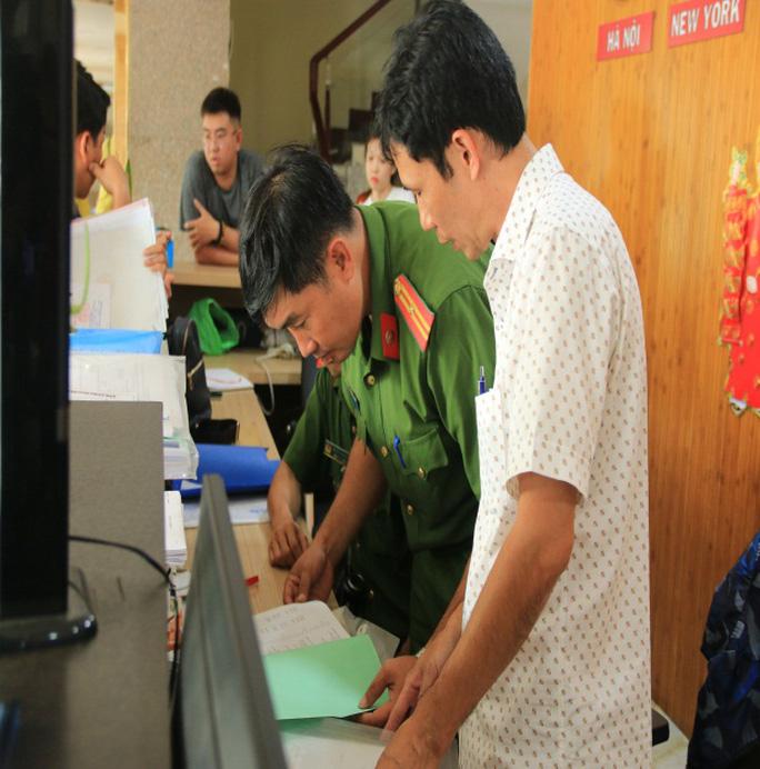 Lực lượng công an lập biên bản thu giữ các tài liệu tại khách sạn Hạnh Phát, số 260 Thủ Khoa Nghĩa, phường Châu Phú A, TP Châu Đốc