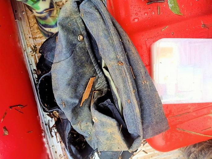 1 trong 2 túi xách của 2 nạn nhân là du khách bị nước lũ cuốn trôi