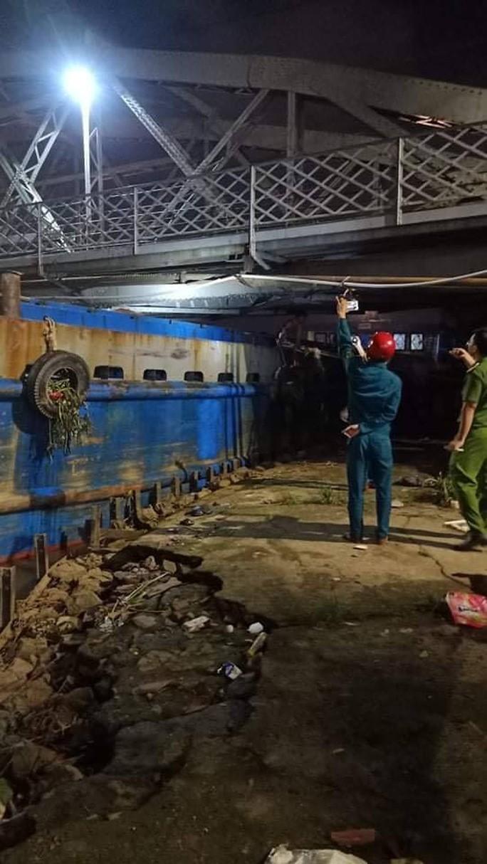 CLIP: Giải cứu sà lan 1000 tấn va kẹt cầu sắt hơn 100 năm tuổi ở Đồng Nai 1