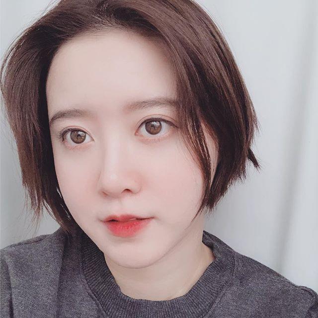 Goo Hye Sun khoe mái tóc ngắn cá tính và trẻ trung.