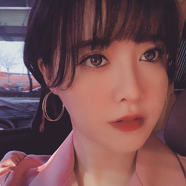 Nhiều dân mạng tự hỏi liệu có phải bà xã Ahn Jae Hyun đã mang thai hay không.