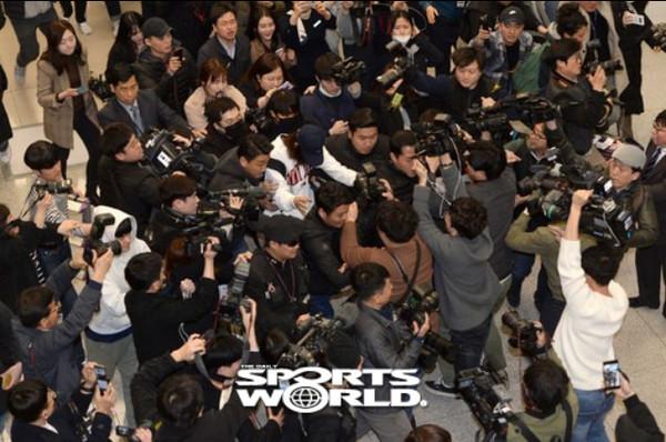 Jung Joon Young tại sân bay.