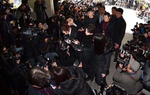Joon Young tại sở cảnh sát.