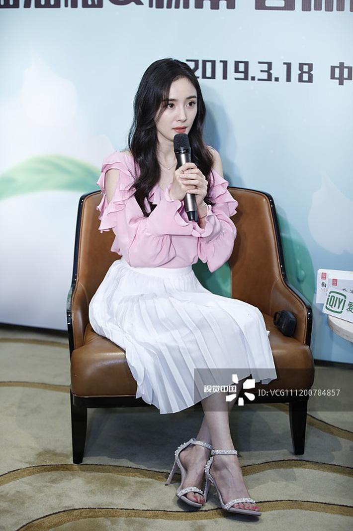Dương Mịch tại sự kiện ngày hôm qua. Cô chọn diện mẫu áo bèo nhún màu hồng ngọt ngào mix cùng chân váy, đem đến diện mạo vô cùng ngọt ngào trẻ trung.