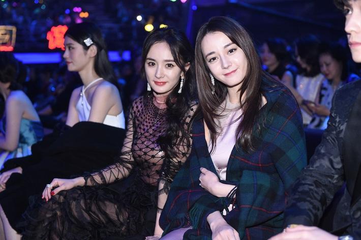 Trước đó, trong 1 sự kiện vào cuối năm ngoái, Địch Lệ Nhiệt Ba cũng từng lộ vẻ ngoài kém sắc, già hơn cả đàn chị khi chụp chung khung hình.