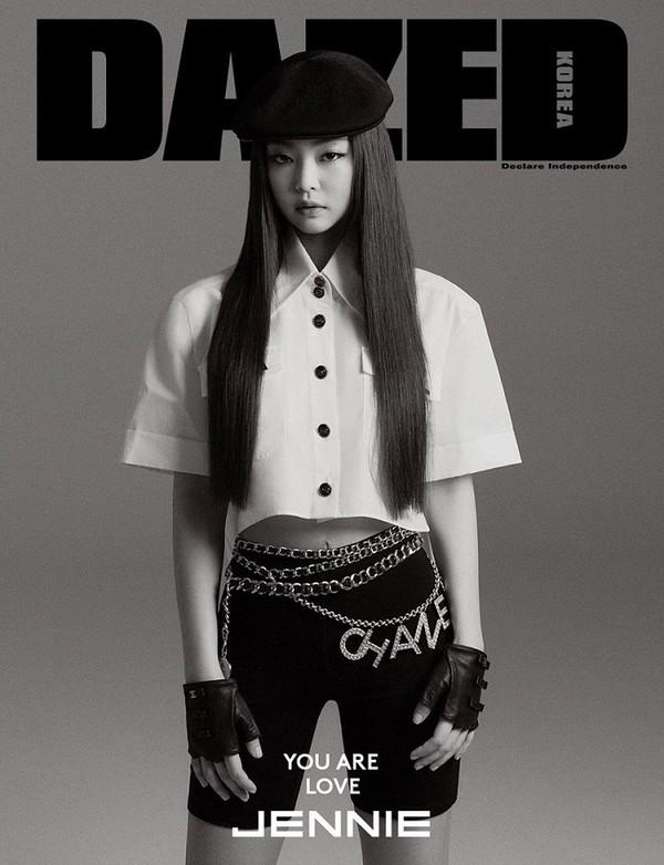 Jennie (Black Pink) đã khoác trên mình chiếc áo này khi chụp hình bìa báo tạp chí của Hàn Quốc
