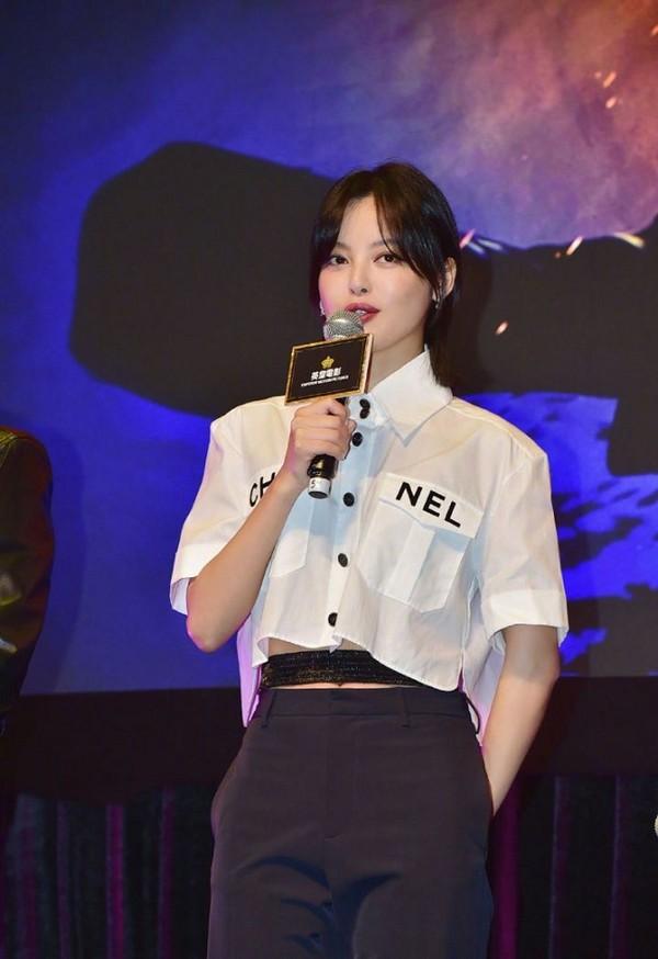 Nàng diễn viên xinh đẹp Tân Chỉ Lôi khéo léo khi mix áo cùng với phụ kiện bó sát eo bên trong để tránh bị hở hang tại sự kiện