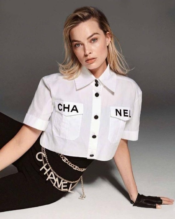 Nữ diễn viên hàng đầu Hollywood Margot Robbie mix crop top lửng Chanel với quần skinny, điểm thắt lưng sợi xích có logo của nhà mốt Pháp cùng găng tay trong một set photoshoot