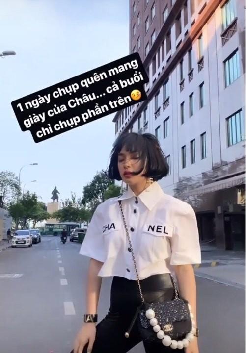 Fashionista Châu Bùi chọn kiểu áo này mix cùng quần đen ôm cùng phụ kiện túi xách Chanel trong một buổi chụp hình thời trang được cô nàng update trên stories instagram của mình