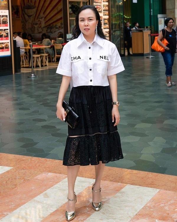 Trong khi đó Phượng Chanel khiến dân tình khó hiểu khi mix áo sơ mi lửng cùng chiếc váy ren khá quê mùa không ăn nhập với tổng thể